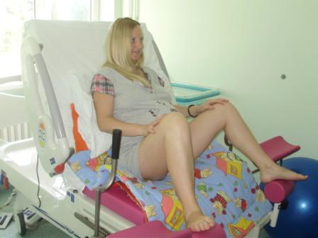 jedan od mogucih uspravnih polozaja za radjanje na stolici
