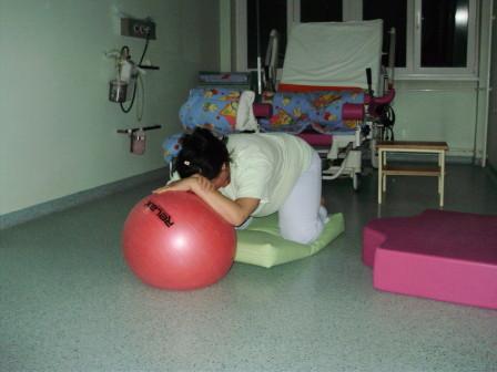 odmor izmedju kontrakcija uz upotrebu lopte u polozaju cetvoronoske