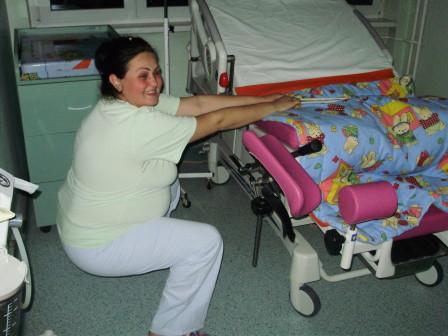 polu-cuceca poza uz drzanje za pantljiku