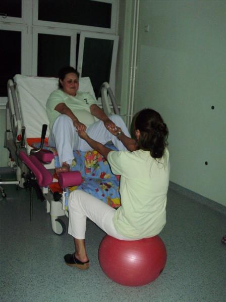 pomoc babice prilikom napona uz oslanjanje na stolicu